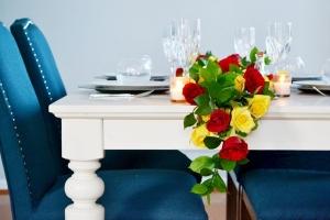 Trang trí bàn tiệc ấn tượng với dây hoa hồng bắt mắt