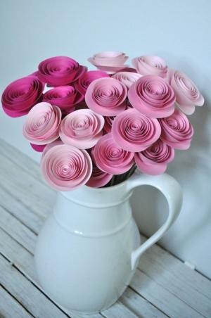 Tỉ mẩn làm hoa hồng giấy đẹp vô cùng