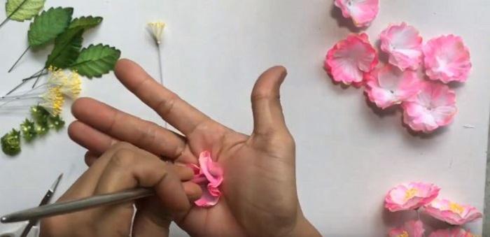 Dùng thanh inox ấn vào giữa để các cánh hoa chụm lại với nhau