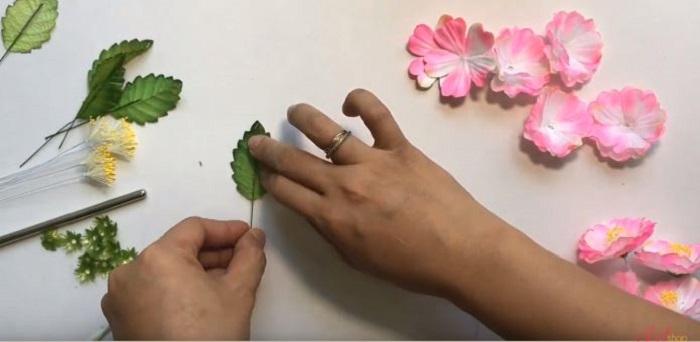 Gắn cành vào lá hoa