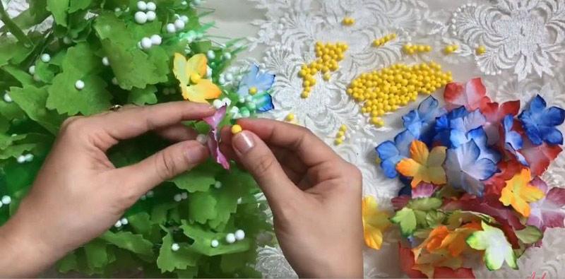 Luồn cánh và nhụy hoa vào mỗi cành