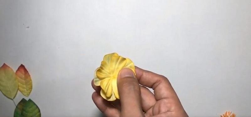 Nhấn giữa cánh hoa để tạo độ cong