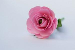 Hoa hồng giấy lung linh từ giấy xốp màu